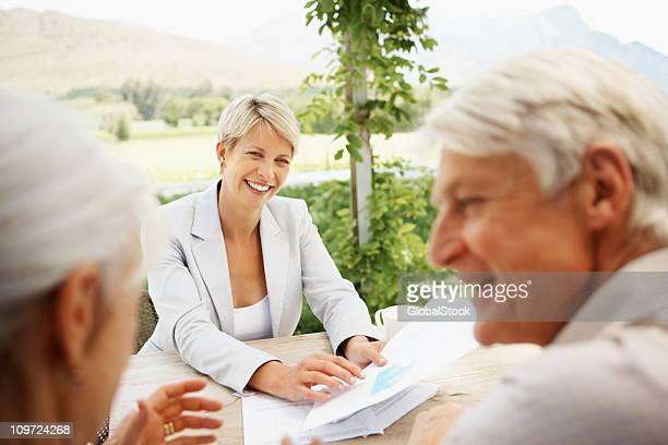 Femme d'affaires à l'extérieur avec Couple Senior réunion