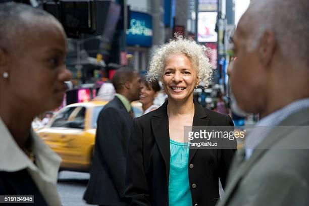 Femme d'affaires sur la rue animée