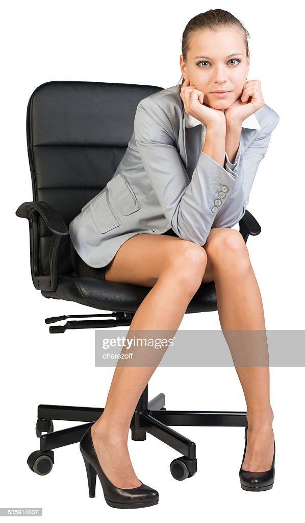 Empresaria en silla de oficina con cabezal reclined a sus manos : Foto de stock