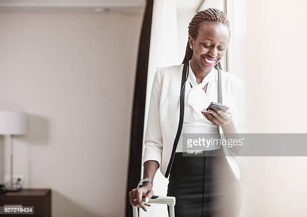 Mulher de Negócios ao telefone no Quarto de Hotel