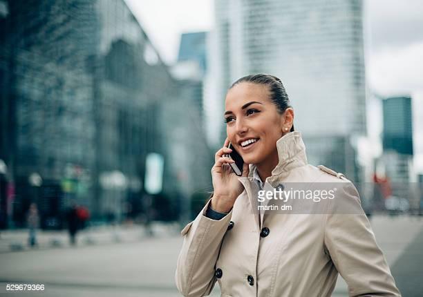 Femme d'affaires sur le téléphone