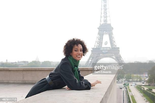 Geschäftsfrau im Freien mit Eiffelturm