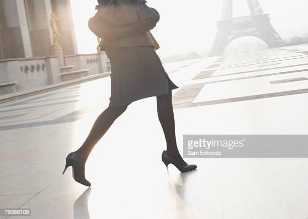 Geschäftsfrau im freien Lauf über die plaza der Eiffelturm