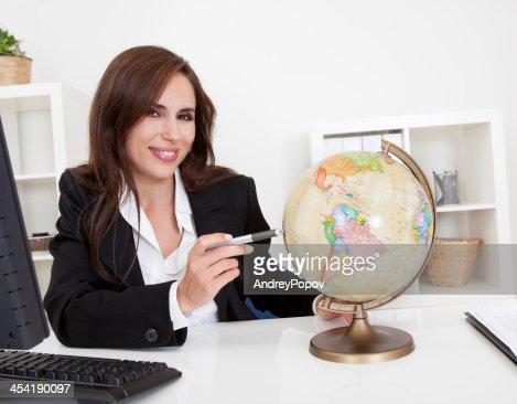 Mulher de Negócios apontando no mundo : Foto de stock