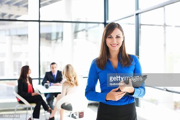 Geschäftsfrau Porträt mit Kollegen treffen im Hintergrund, Kopie Raum