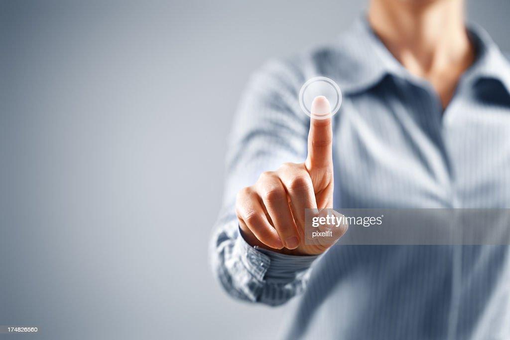 Femme d'affaires en appuyant sur bouton de l'écran tactile : Photo