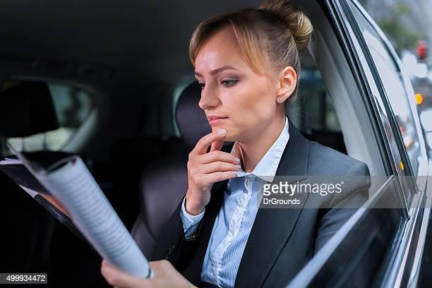 Geschäftsfrau Lesung business-Bericht im Auto