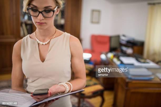 Geschäftsfrau Lesen von Dokumenten