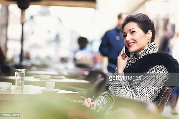 Geschäftsfrau entspannend mit Kaffee in einer bar