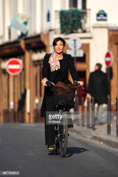 Vélo équitation Femme d'affaires de Paris, France