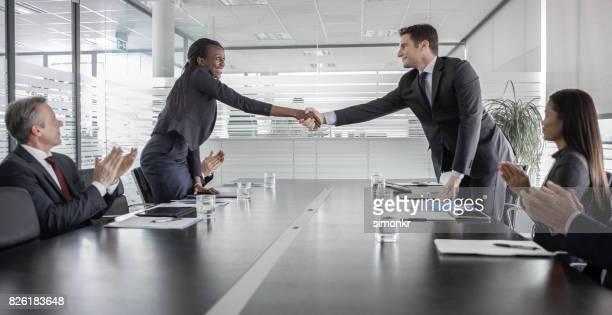 Femme d'affaires se serrent la main