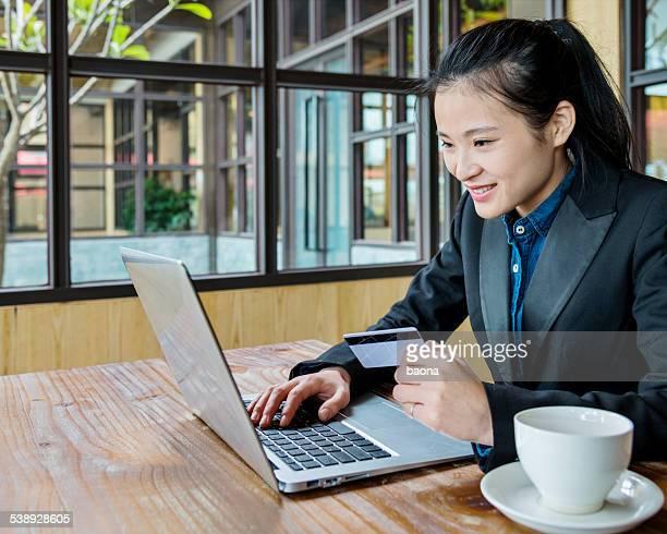 Geschäftsfrau, die online kaufen