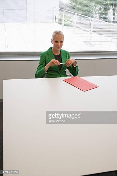 Geschäftsfrau sitzen am Konferenztisch