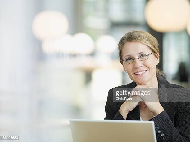 Geschäftsfrau Sitzen am Schreibtisch