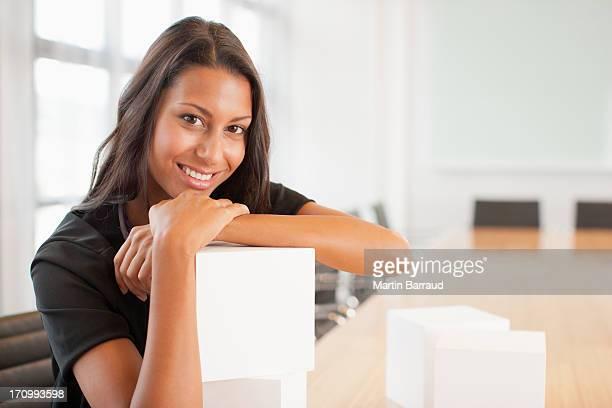 Femme d'affaires assis dans une salle de conférence avec cubes blanc
