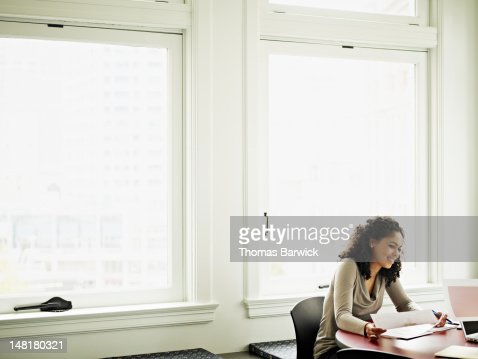 Businesswoman sitting in office in discussion : Stockfoto
