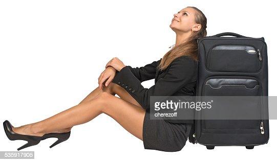 Empresaria sentado al lado vista frontal, maletín, mirando hacia arriba, Sonriendo : Foto de stock