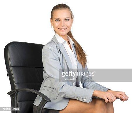 Empresária sentado na cadeira de escritório com a área de transferência : Foto de stock