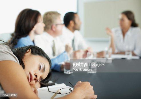 ビジネスウーマンのベッドルームには、コンファレンスミーティング