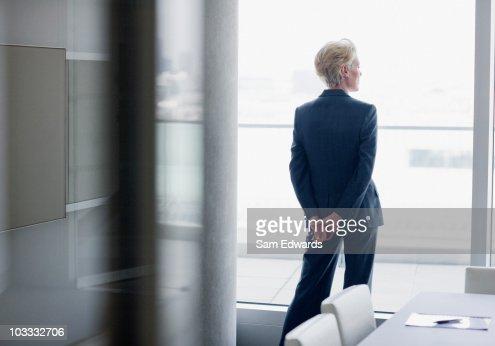 ビジネスウーマンに立って]ウィンドウのオフィス