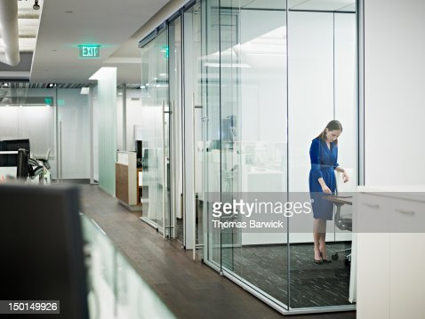 Businesswoman standing in conference room : Stockfoto