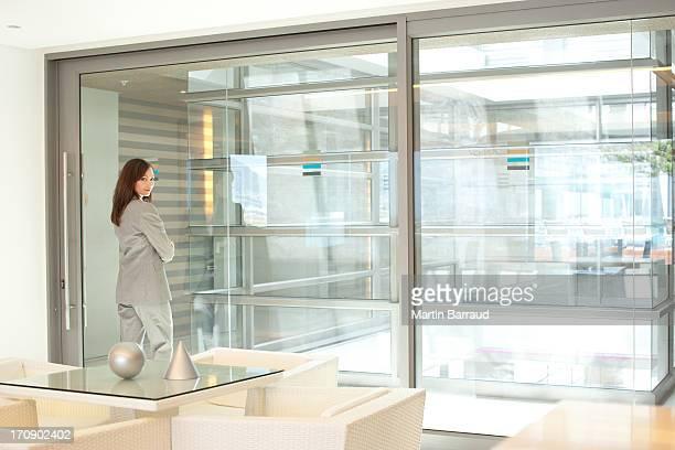 Mulher de Negócios em pé lobby