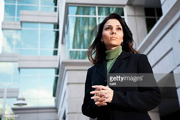 Femme d'affaires debout à l'extérieur de l'immeuble de bureaux