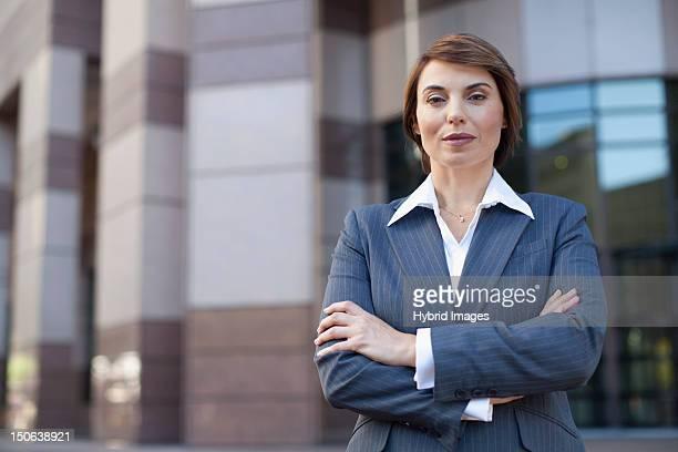 Geschäftsfrau stehend mit Arme verschränkt