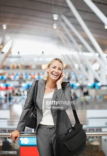 Femme d'affaires parler sur téléphone portable dans le bureau
