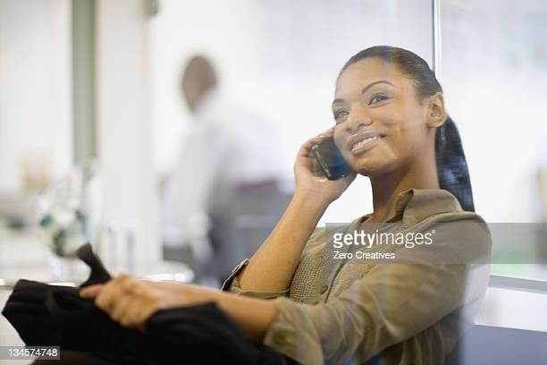 Femme d'affaires parler sur téléphone portable
