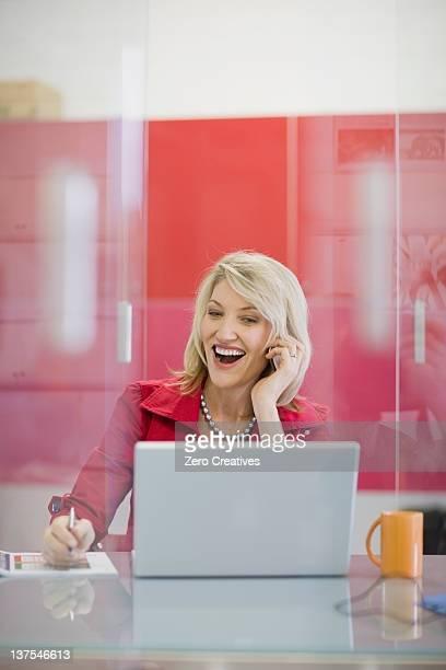 Geschäftsfrau redet mit Handy