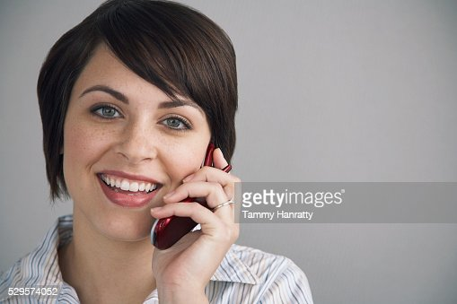 Businesswoman talking on cell phone : Stockfoto