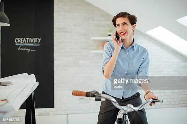 Femme d'affaires parler au téléphone à son bureau.