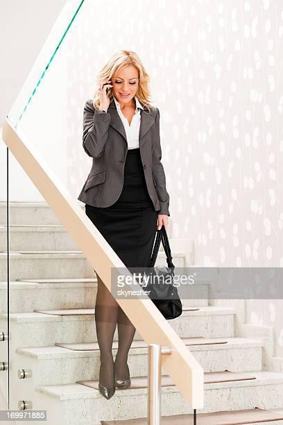 Mulher de Negócios fala no telefone.