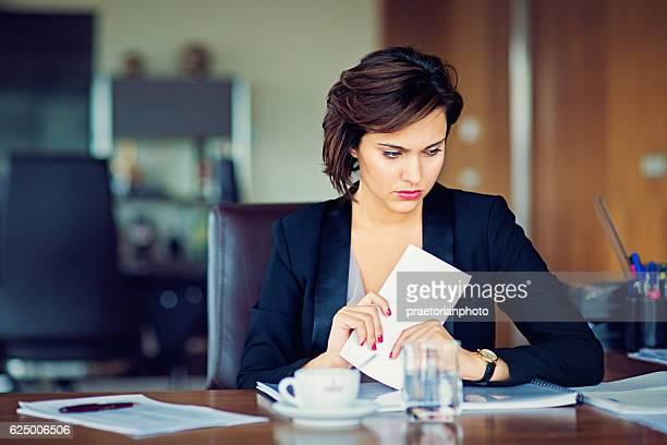 Geschäftsfrau, die unter stress