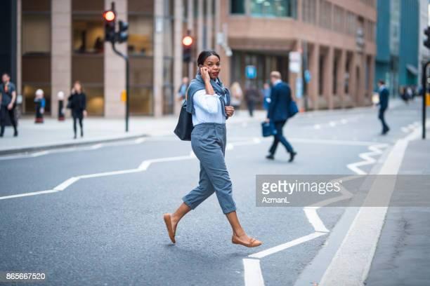 携帯電話およびロンドンの交差道路を使用して実業家