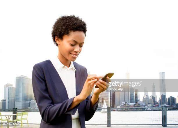 Geschäftsfrau auf smart phone in New York