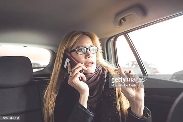 Femme d'affaires en utilisant un Smartphone