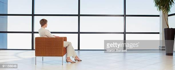 Femme d'affaires attend dans le bureau de l'espace d'attente