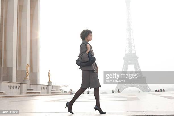 Geschäftsfrau zu Fuß in plaza von Eiffelturm