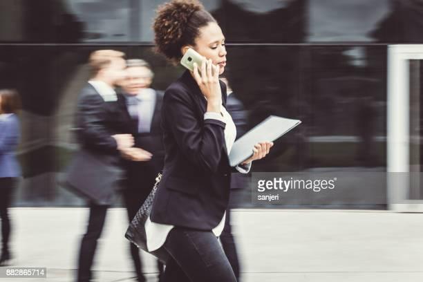 ウォーキング、電話で話している実業家