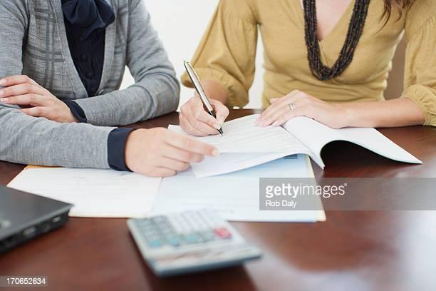 Donna d'affari guardando donna di documenti