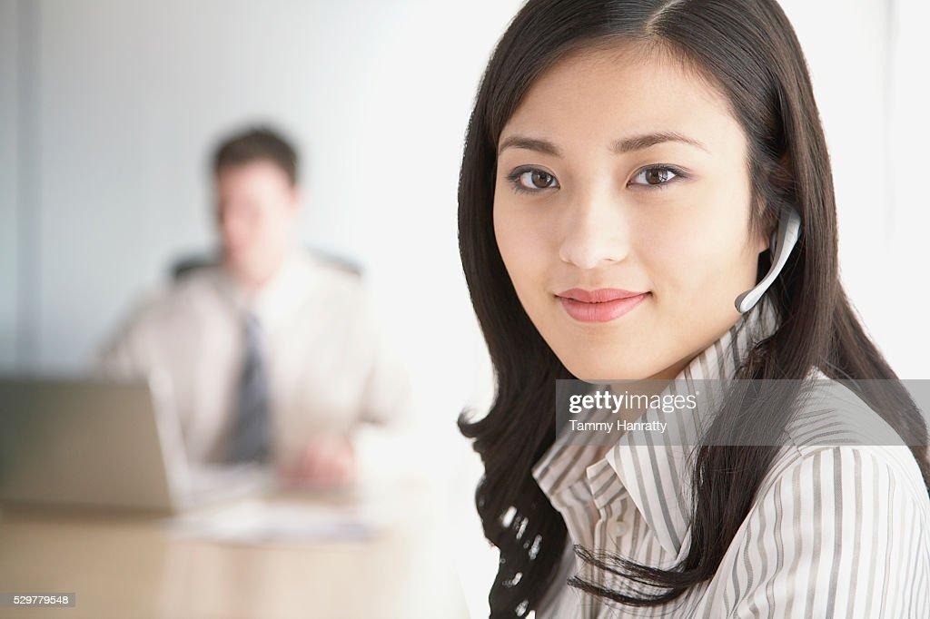 Businesswoman wearing headset : Stockfoto
