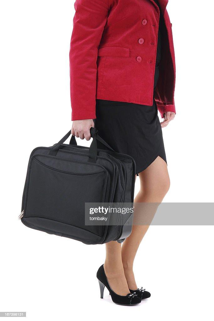 Geschäftsfrau, die mit einem Koffer : Stock-Foto