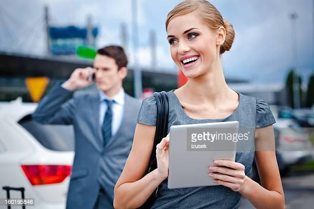 Mujer de negocios con tableta digital