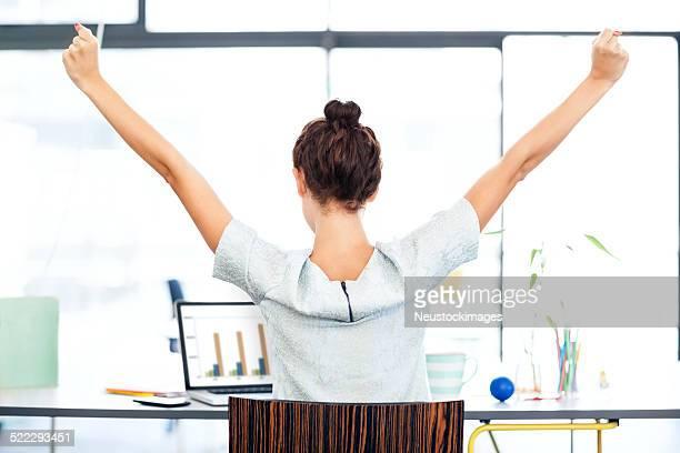 Geschäftsfrau, die mit Laptop Feiern Erfolg im Büro-Schreibtisch
