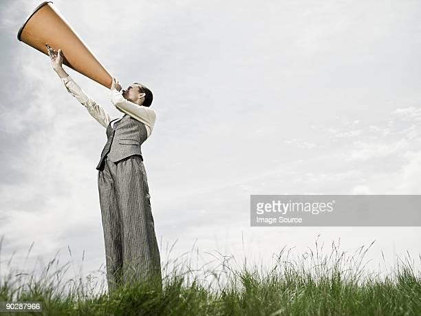 Geschäftsfrau mit Megafon