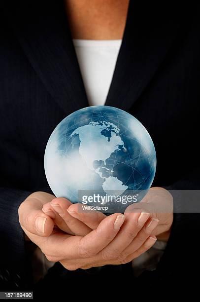 Geschäftsfrau mit der Welt in ihren Händen
