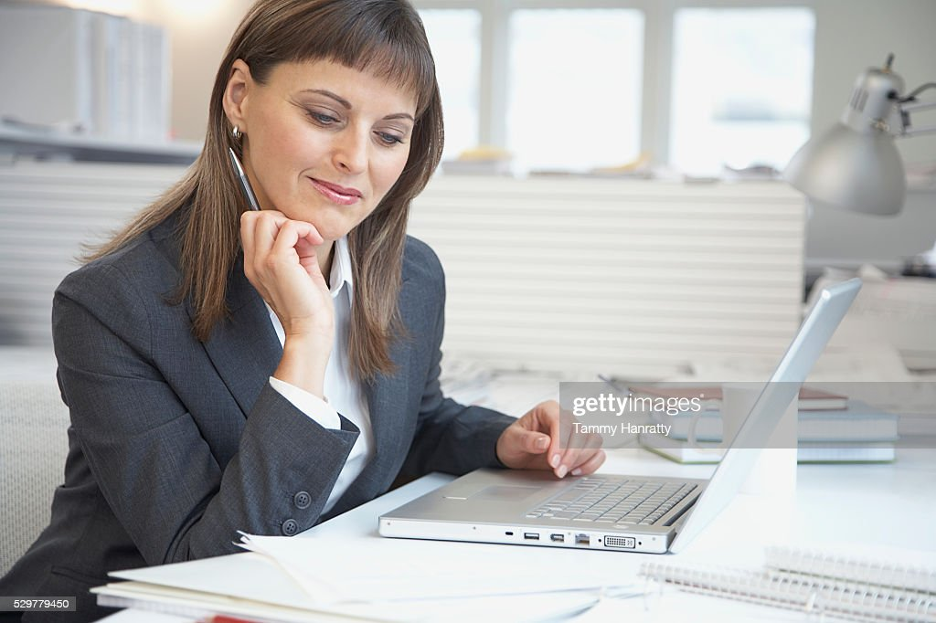 Businesswoman working at desk : Foto de stock