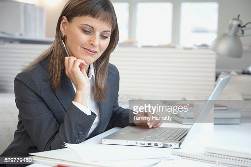 Businesswoman working at desk : Stock-Foto